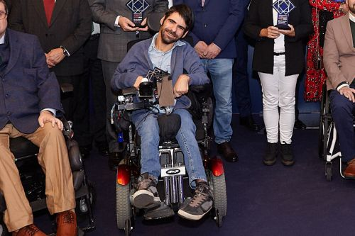 david humanes on his wheelchair with the.otis sin barreras trophy